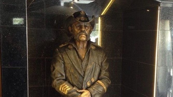 Lemmy-Kilmister-estatua-Rainbow-favorito_947616348_111852331_667x375